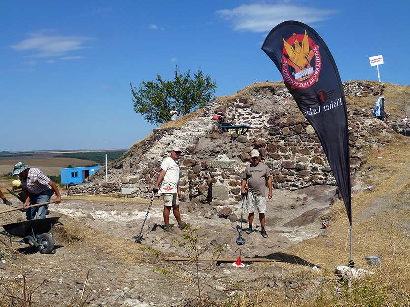 Разкопките на Русокастро от РИМ Бургас се правят с металотърсачи Fisher F75